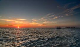 在海滩的热带日落,在罗维尼附近,克罗地亚 免版税库存图片