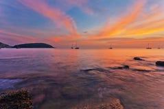 在海滩的热带日落 图库摄影