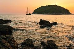 在海滩的热带日落 库存图片