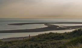 在海滩的热的晚上 免版税库存图片