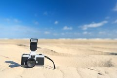 在海滩的照片照相机 免版税库存照片