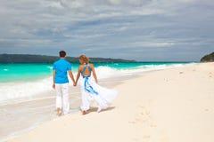 在海滩的爱恋的婚礼夫妇 免版税库存照片