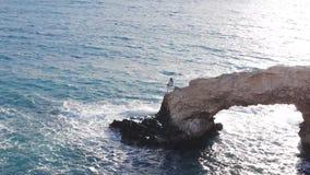 在海滩的爱桥梁 股票录像
