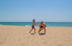 在海滩的父亲和儿子戏剧 库存图片