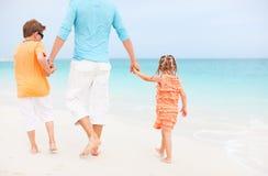 在海滩的父亲和孩子 免版税库存图片