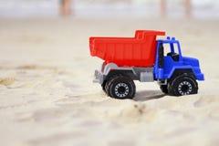 在海滩的玩具卡车 免版税库存照片