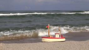 在海滩的玩具船 股票录像
