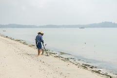 在海滩的珍宝狩猎 免版税库存照片
