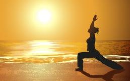 在海滩的瑜伽 库存例证