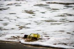 在海滩的瓶 免版税库存图片