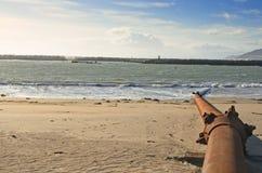 在海滩的生锈的管子 免版税库存图片