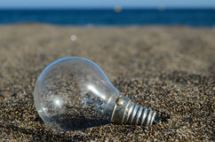 在海滩的电灯泡 库存图片