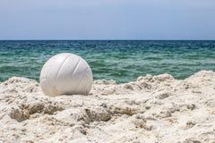 在海滩的白色排球 库存图片