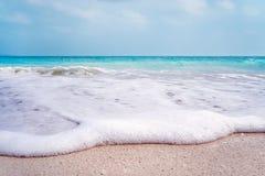 在海滩的白色波浪泡沫在巴塞罗那 免版税库存图片