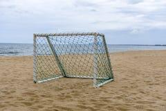 在海滩的目标足球休闲体育活动的 免版税库存图片