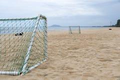在海滩的目标足球休闲体育活动的 免版税库存照片