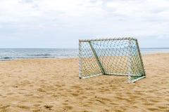 在海滩的目标足球休闲体育活动的 免版税图库摄影