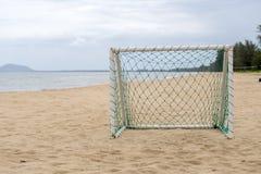 在海滩的目标足球休闲体育活动的 库存图片