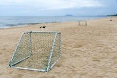 在海滩的目标足球休闲体育活动的 库存照片