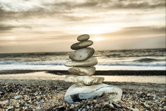 在海滩的石塔 库存图片