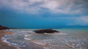 在海滩的石头在风暴前 覆盖严重 库存照片