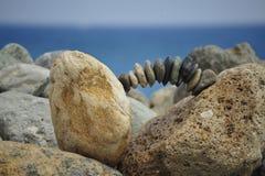在海滩的石头平衡个人平衡的 免版税库存图片