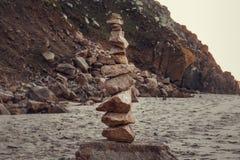在海滩的石头平衡 免版税库存照片