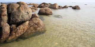 在海滩的石头 库存照片