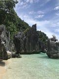 在海滩的石灰石 免版税库存照片