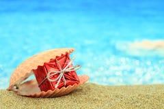 在海滩的礼物盒 免版税库存图片