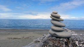 在海滩的禅宗岩石在Dungeness的华盛顿州吐 免版税库存图片