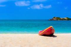 在海滩的红色小船与蓝色海和蓝天 库存图片