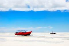 在海滩的红色小船蓝天背景的桑给巴尔 闹事 坦桑尼亚 免版税图库摄影