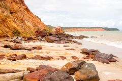 在海滩的红色岩石 免版税图库摄影