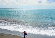 在海滩的红色救护设备-抢救概念 免版税库存图片