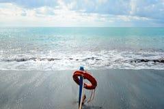 在海滩的红色救护设备-抢救概念 库存照片