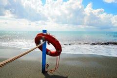 在海滩的红色救护设备-抢救概念 免版税图库摄影