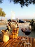 在海滩的红葡萄酒 库存照片