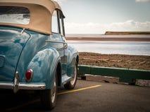 在海滩的经典汽车 免版税图库摄影