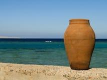在海滩的罐红海 库存照片
