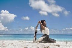 在海滩的美丽的女性画象 免版税库存照片