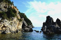 在海滩的美丽的岩石峭壁 corfu希腊海岛 库存照片