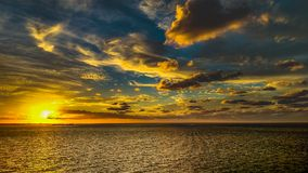在海滩的美丽的日落天空 库存图片