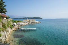 在海滩的美丽的景色在科孚岛,希腊用真正地清楚水 免版税库存图片