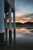 在海滩的美丽的风景日出高跷灯塔 免版税库存图片
