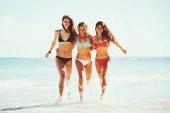 在海滩的美好的女孩乐趣 免版税图库摄影