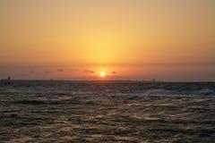 在海滩的美好的日落,惊人的颜色,发光通过cloudscape的光束 阿塞拜疆海和海滩 声音  免版税库存照片