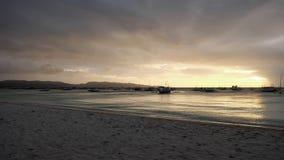 在海滩的美好的金黄日落在博拉凯海岛,菲律宾 免版税库存照片
