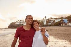 在海滩的美妙地爱的夫妇 免版税库存照片