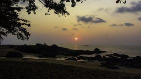 在海滩的美妙的日落 库存图片